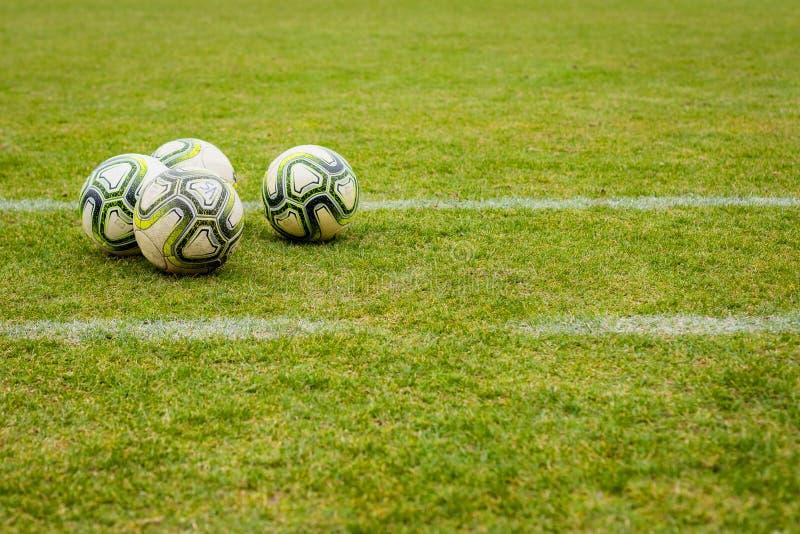 Boules sur le terrain de football images stock
