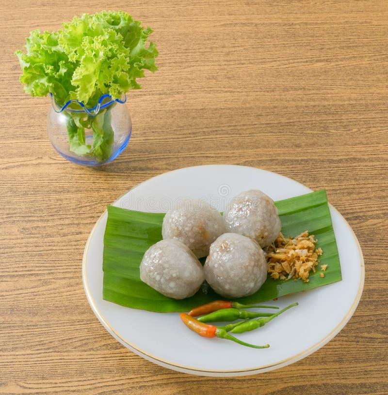 Boules thaïlandaises de tapioca servies avec des feuilles de laitue image stock