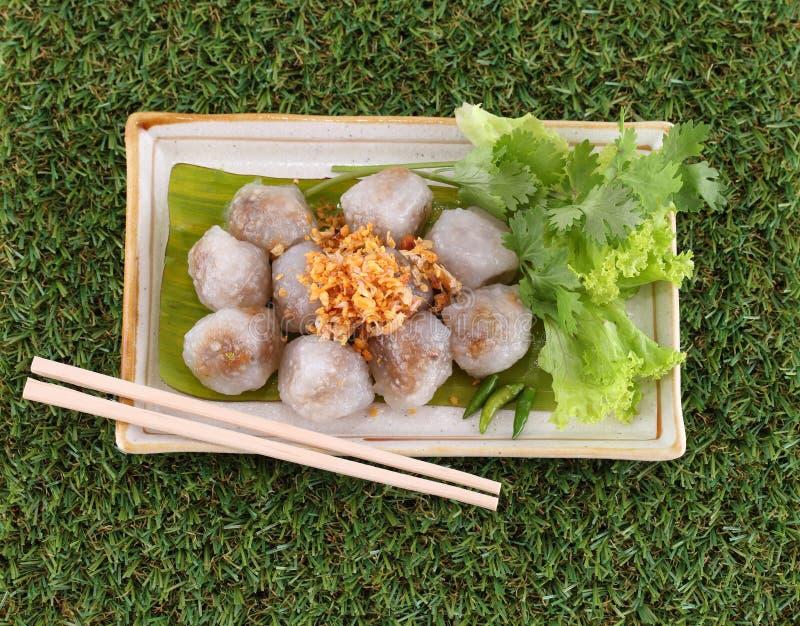 Boulette cuite à la vapeur de tapioca avec du porc sur l'herbe verte photos libres de droits