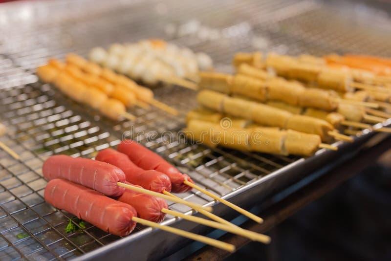 Boulette de viande et saucisses sur des bâtons image libre de droits