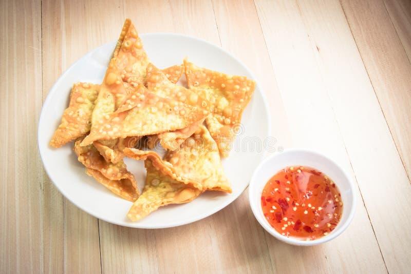 Boulette frite délicieuse croustillante avec de la sauce épicée photo stock