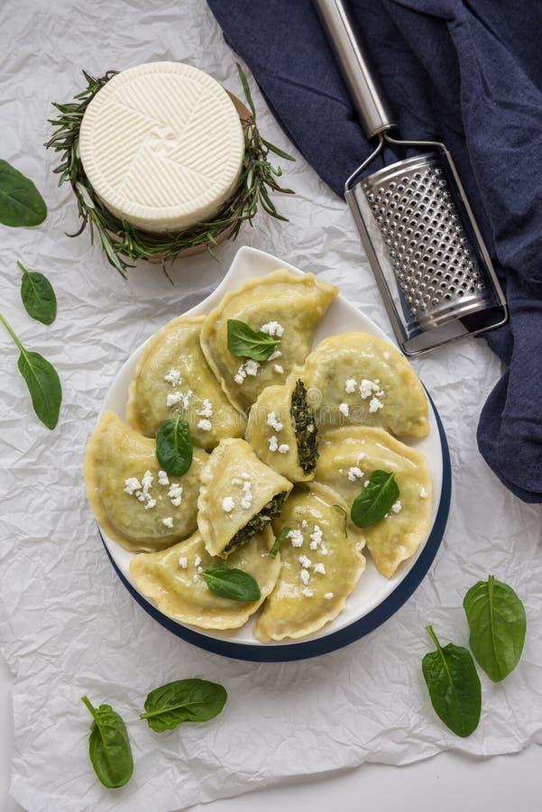 Boulettes avec du fromage d'épinard et blanc C'est un aliment très populaire en Pologne photos libres de droits