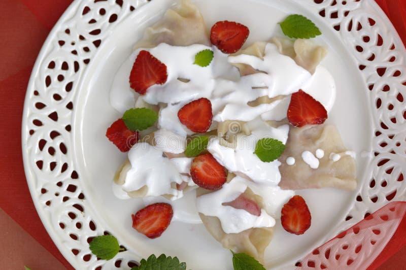Boulettes avec la fraise, Pierogi images stock