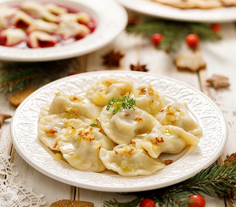 Boulettes avec le chou de champignon remplissant d'un plat blanc photos stock