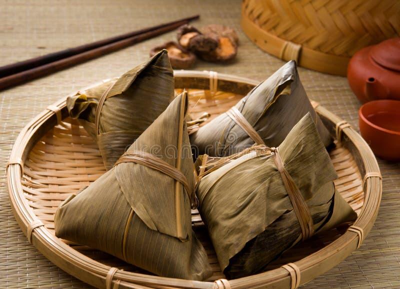 Boulettes chinoises, zongzi habituellement pris pendant le festival images stock