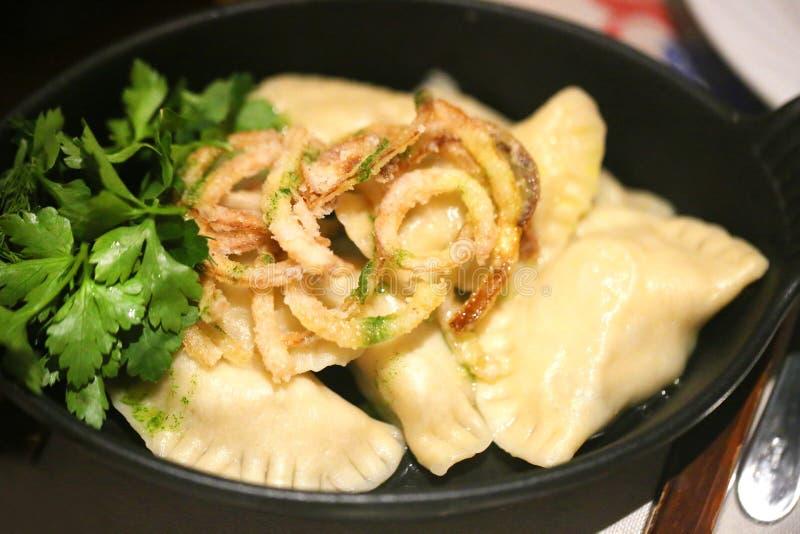 Boulettes délicieuses avec du fromage et des oignons dans une cuvette photographie stock