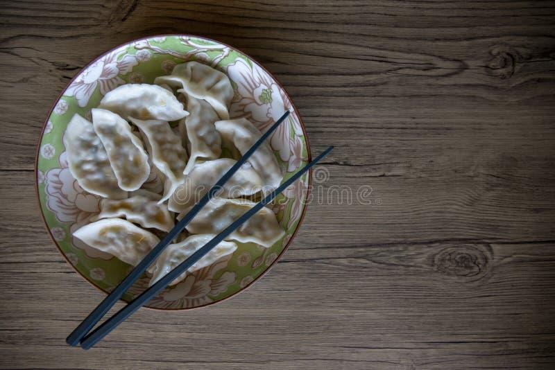 Boulettes dans la cuvette en céramique sur la table en bois Photo chinoise de vue supérieure de plat de cuisine Calibre de banniè images stock