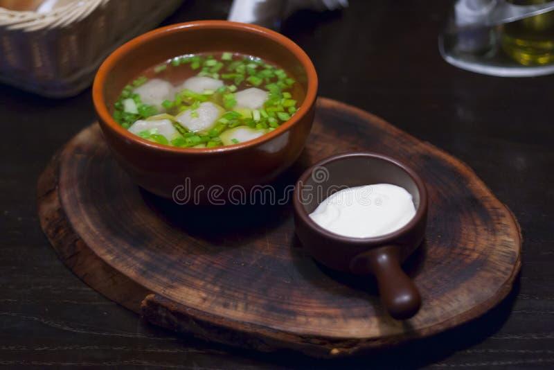 Boulettes dans un pot avec la crème sure photographie stock