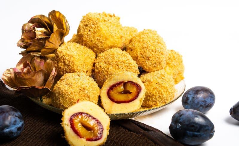Boulettes de miette de pain avec des prunes d'un plat image libre de droits