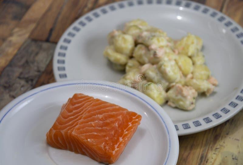 Boulettes de pomme de terre avec saumon? et cr?me photo stock