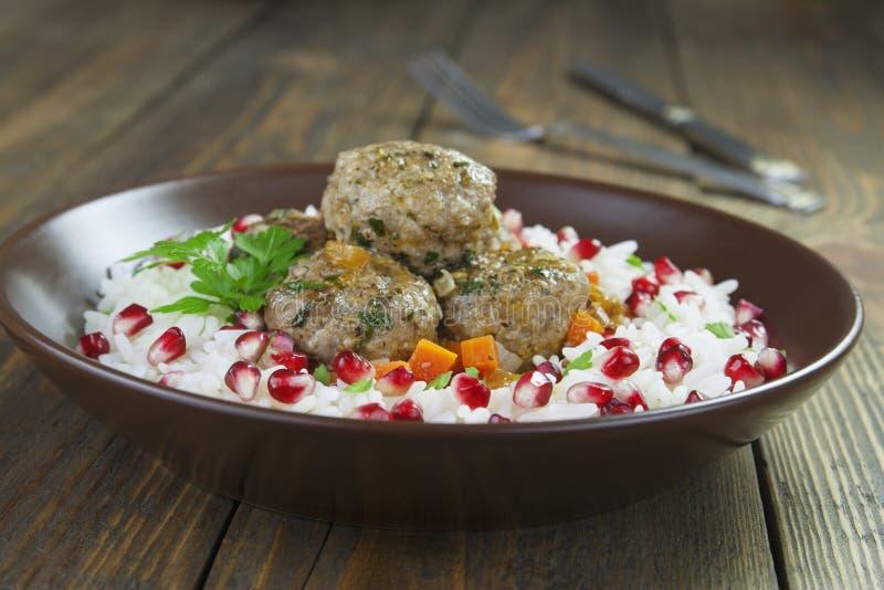 Boulettes de viande avec du riz en oriental images stock