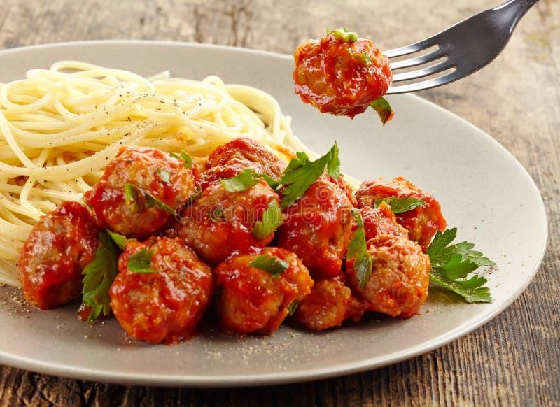 Boulettes de viande avec la sauce tomate et les spaghetti photos stock