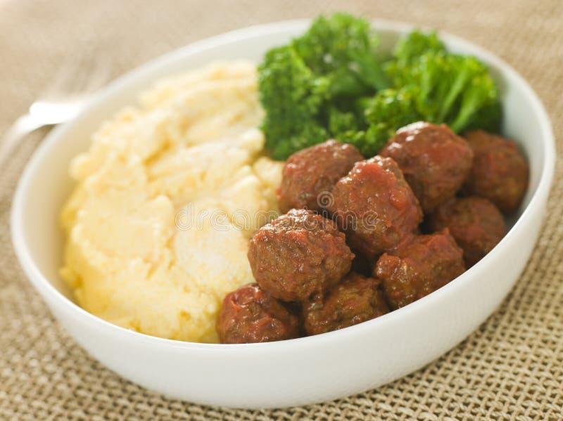 Boulettes de viande avec le Polenta et le broccoli de parmesan photographie stock