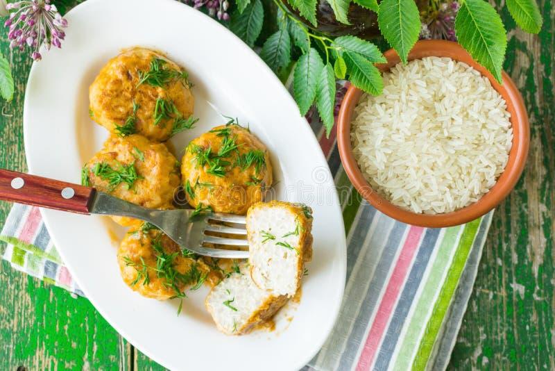 Boulettes de viande avec le poulet et le riz en sauce à crème sure Fond en bois photo libre de droits