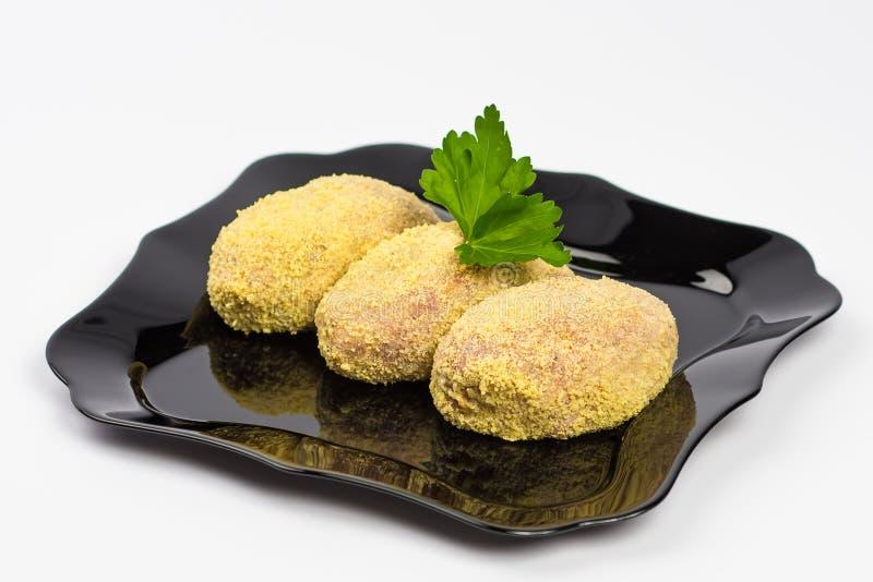 Boulettes de viande crues du plat d'isolement sur le blanc photo stock