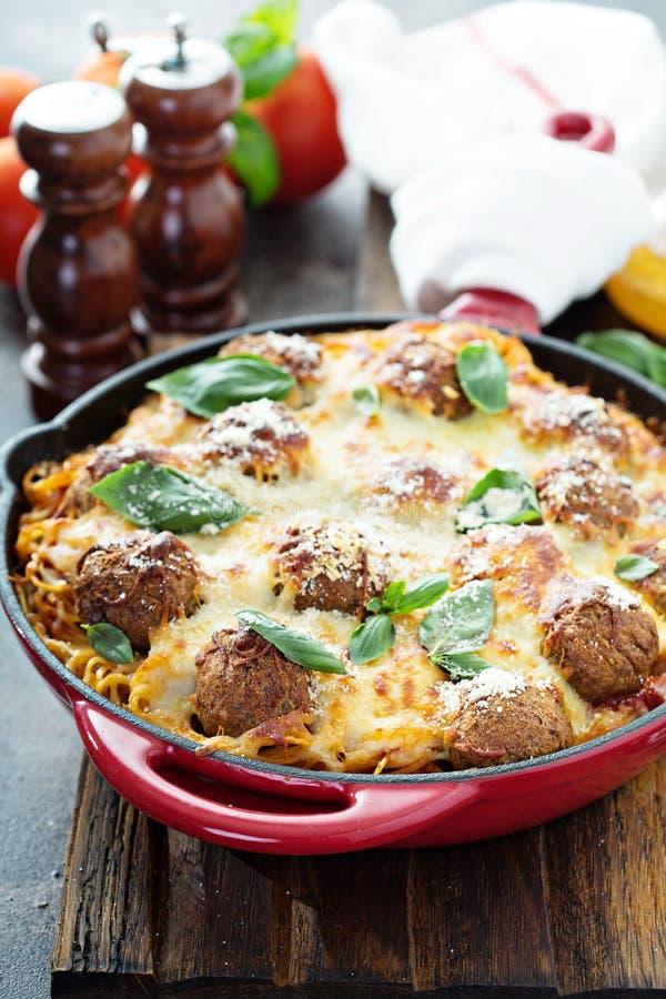 Boulettes de viande cuites au four avec les spaghetti et le fromage photos stock
