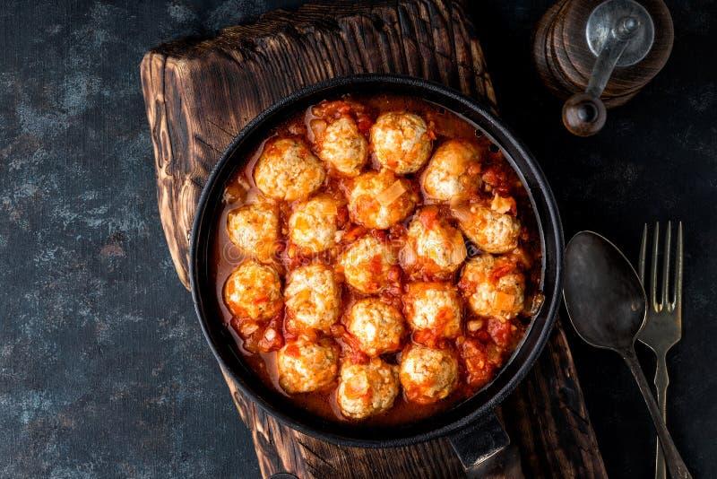 Boulettes de viande cuites en sauce tomate photo stock