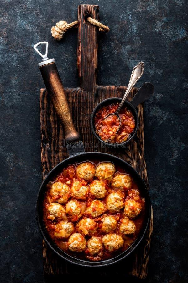 Boulettes de viande cuites en sauce tomate image libre de droits