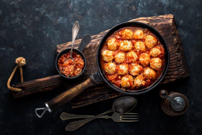 Boulettes de viande cuites en sauce tomate images libres de droits