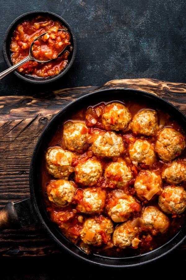 Boulettes de viande cuites en sauce tomate photo libre de droits