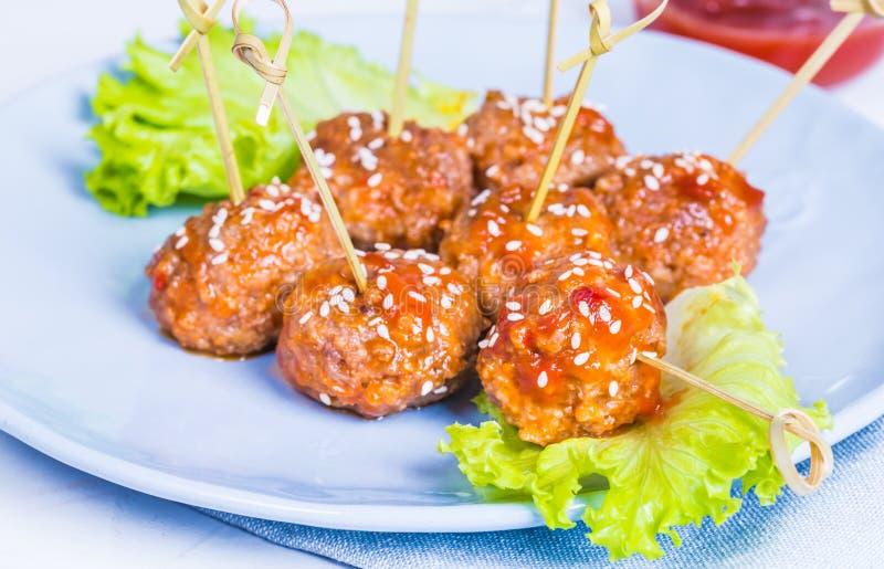 Boulettes de viande dans le plat image libre de droits