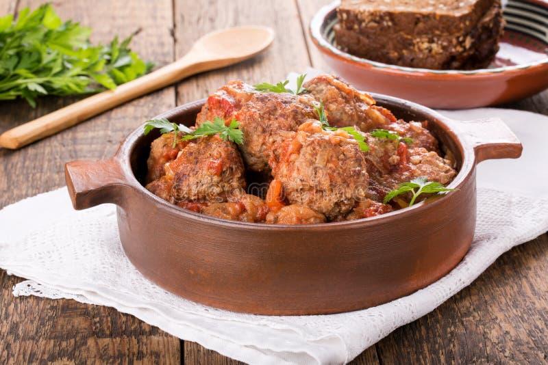 Boulettes de viande dans une casserole d'argile photo stock
