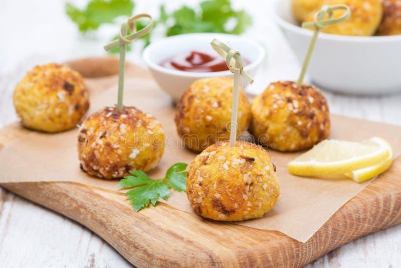 Boulettes de viande de poulet dans le maïs panant avec la sauce tomate sur un conseil photographie stock libre de droits