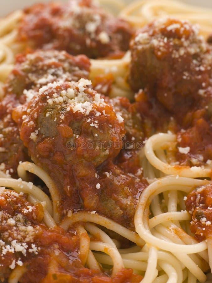 Boulettes de viande de spaghetti arrosées avec le parmesan image libre de droits