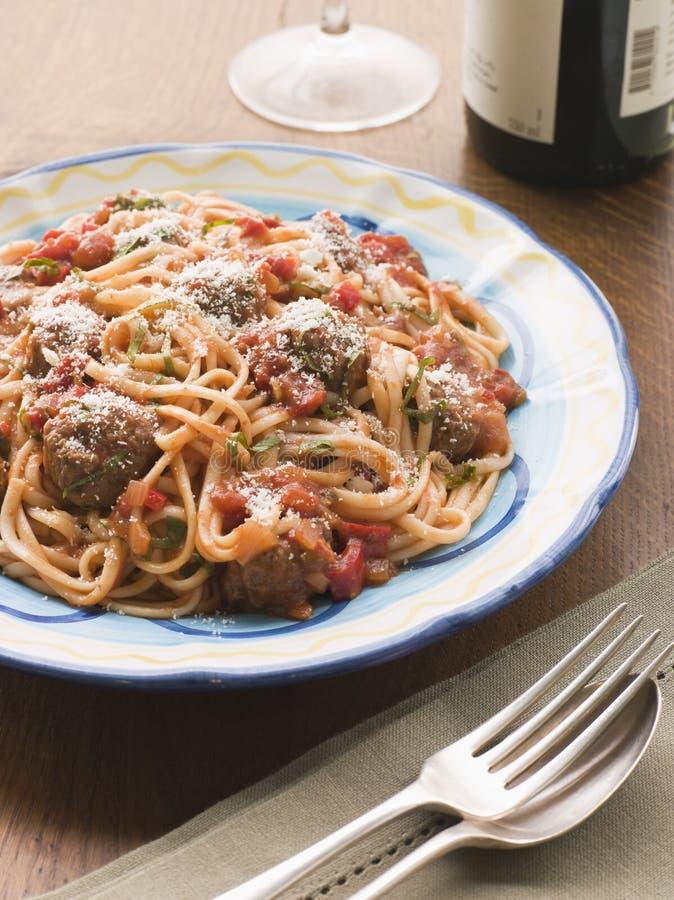 Boulettes de viande de spaghetti en sauce tomate avec le parmesan image libre de droits