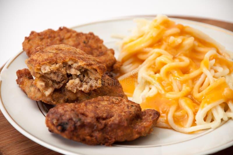 Boulettes de viande divisées en deux de viande hachée et des spaghetti avec la sauce tomate photographie stock