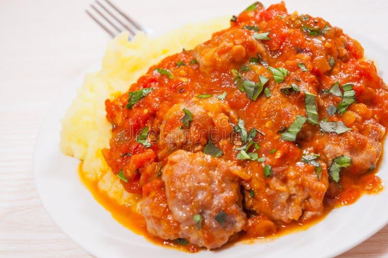Boulettes de viande en sauce tomate avec de la purée de pommes de terre photos libres de droits