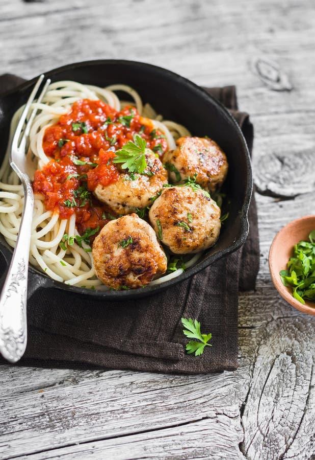 Boulettes de viande et spaghetti de poulet dans une casserole photographie stock