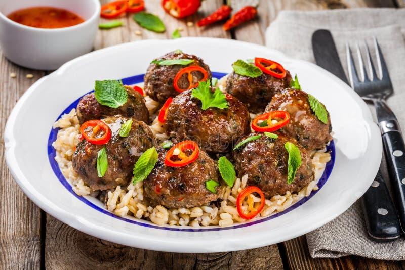 Boulettes de viande faites maison avec la zizanie, la menthe, les oignons verts et la sauce chili images libres de droits
