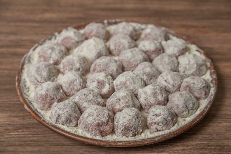 Boulettes de viande italiennes traditionnelles Polpette dans un plat en céramique avec une garniture de riz La vue à partir du de photo libre de droits