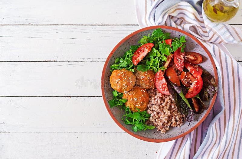 Boulettes de viande, salade des tomates et gruau de sarrasin sur la table en bois blanche Nourriture saine Repas de régime Cuvett photographie stock libre de droits