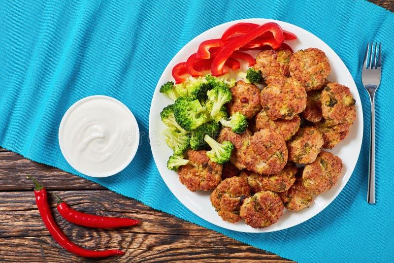 Boulettes de viande savoureuses de brocoli avec la crème sure images stock