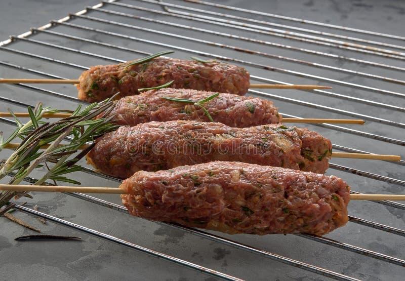 Boulettes de viande sur des brochettes, chiche-kebab images libres de droits