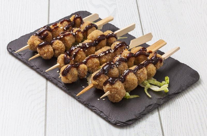 Boulettes de viande sur des brochettes photo stock