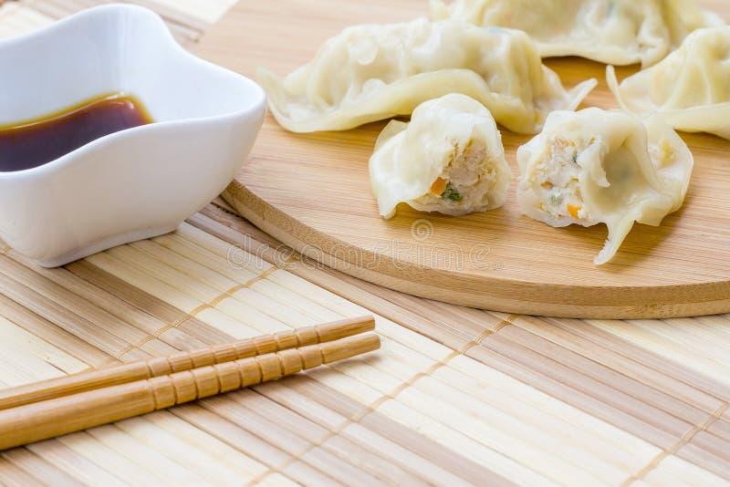 Boulettes ou gyoza bouillies fraîches apéritif de nourriture asiatique photos libres de droits