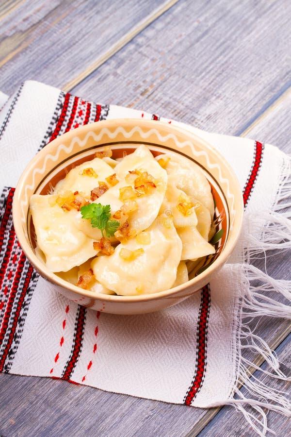Boulettes, remplies de pomme de terre et servies avec l'oignon frit Varenyky, vareniki, pierogi, pyrohy images libres de droits