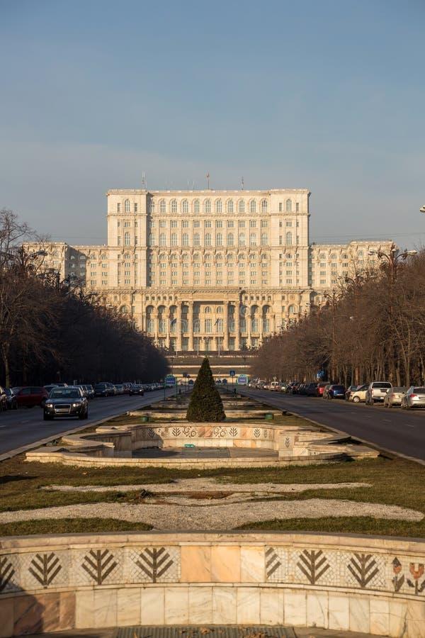 Boulevard d'Unirii menant au Parlement, Bucarest image libre de droits