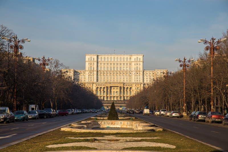 Boulevard d'Unirii menant au Parlement, Bucarest image stock