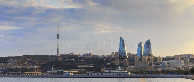 Boulevard de Bakou de panorama au coucher du soleil photo stock