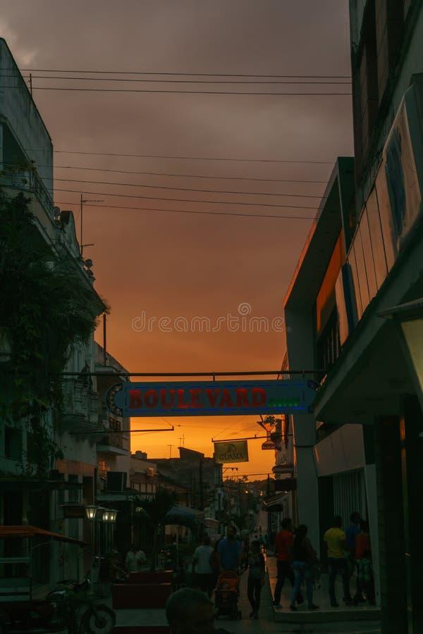 Boulevard draußen sehen während des Sonnenuntergangs in Santa Clara, eins der touristischsten Teile in der Stadt an stockfotos