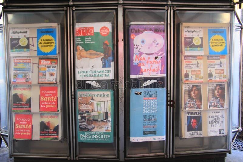 Boulevard Haussmann, Parijs - 9 Oct 15: adverterende afficheraad op voetpad op Boulevard Haussmann Rd , Parijs, Frankrijk stock fotografie