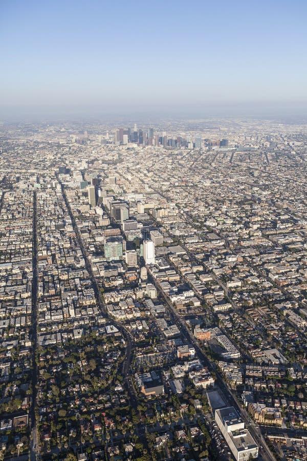 Boulevard-Smoggy Nachmittags-Antenne Los Angeless Wilshire stockfotografie