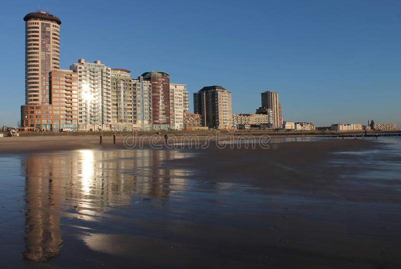 Boulevard Vlissingen met bezinning over strand stock afbeelding