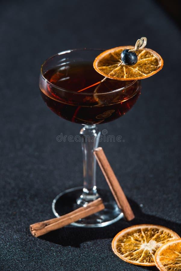 Boulevardier koktajl z pomarańcze szczerbi się na wierzchołku Na prętowym biurku fotografia stock