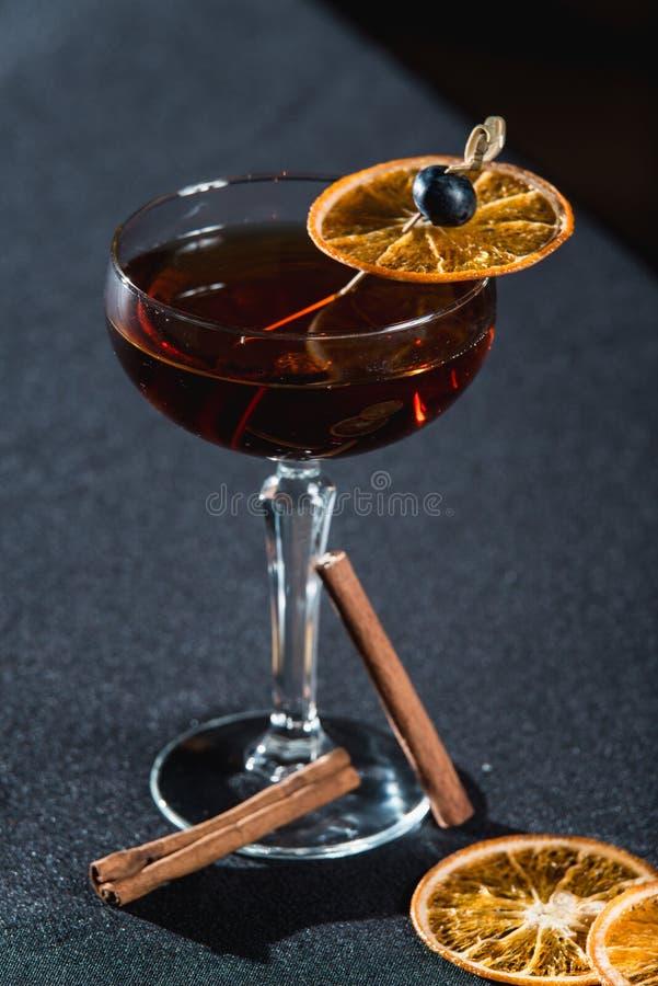 Boulevardier koktajl z pomarańcze szczerbi się na wierzchołku Na prętowym biurku zdjęcie royalty free