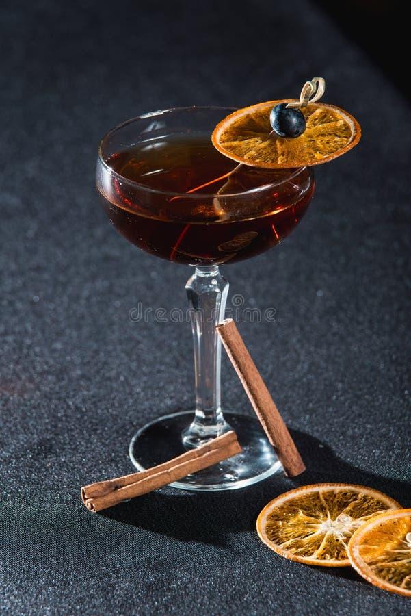 Boulevardier koktajl z pomarańcze szczerbi się na wierzchołku Na prętowym biurku obrazy stock